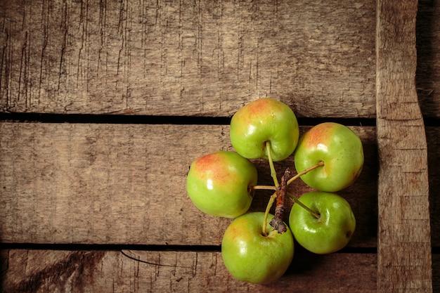 古い箱に新鮮な青リンゴ
