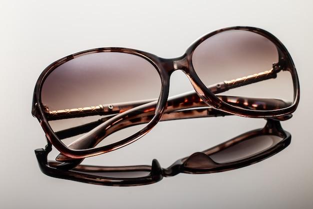 Элегантные солнцезащитные очки на сером