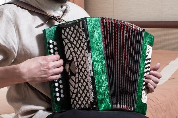 Музыкант, играющий на аккордеоне