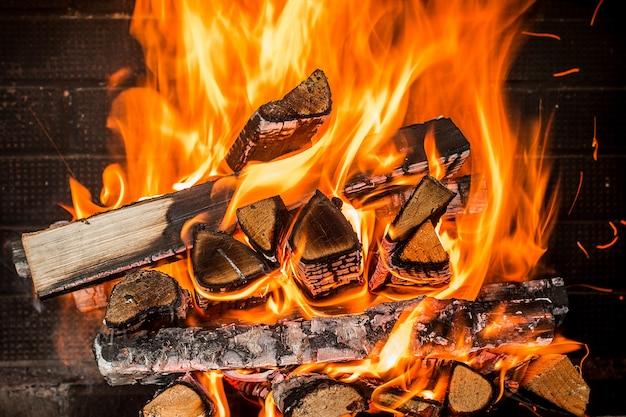 暖炉で燃えている薪をクローズアップ
