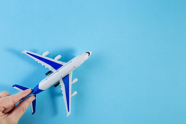 模型飛行機、青いパステルカラーの背景に飛行機。