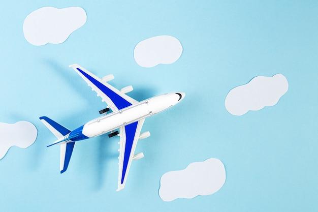 模型飛行機、青いパステルカラーの背景に飛行機。夏の旅行や休暇の概念