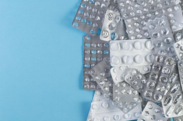 Ворс используемые блистерные упаковки таблеток на синем фоне