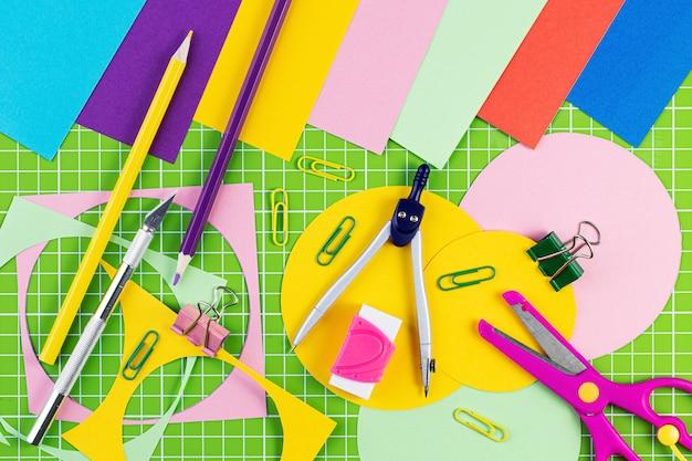 色の背景上の学校の文房具のコンポジション