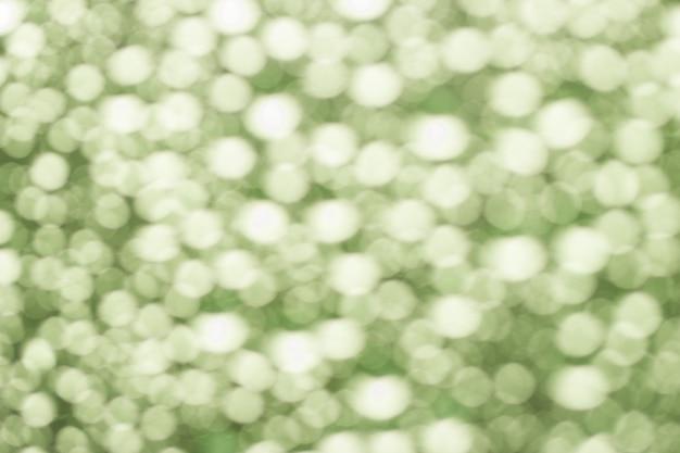 水滴から抽象的な緑のぼやけたボケ味