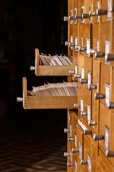 開かれたカード引き出し付きの古い図書館参考カタログ
