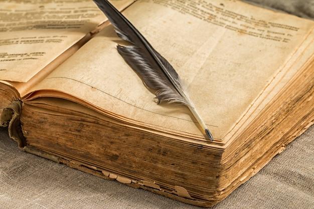 木製のテーブルでレトロな本を開く