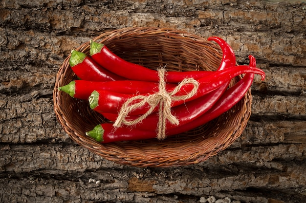 Красный острый перец чили в плетеной корзине