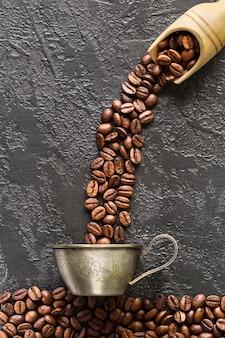 石のロースト豆とコーヒーカップ