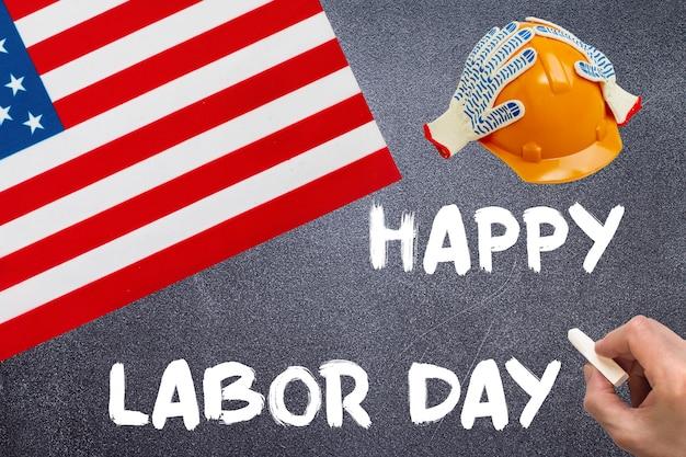 アメリカ合衆国の国旗と黒板に幸せな労働者の日