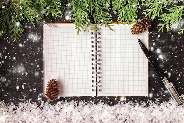 Рождественские украшения и открытая тетрадь на доске