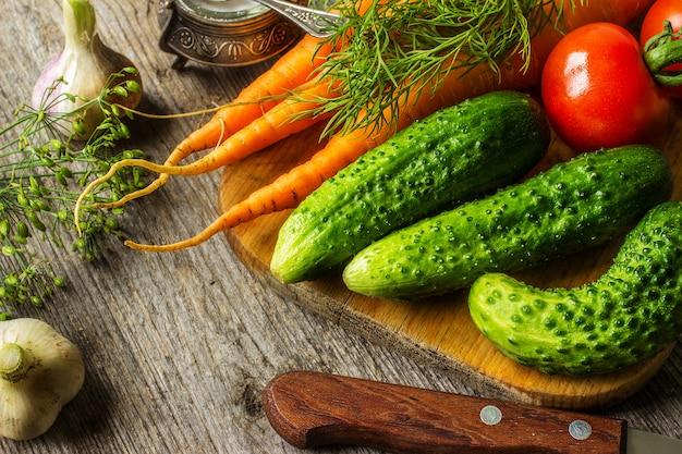 野菜とテーブルの上のナイフ