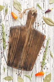 ローズマリーとまな板の上のスパイス。背景ローズマリー。