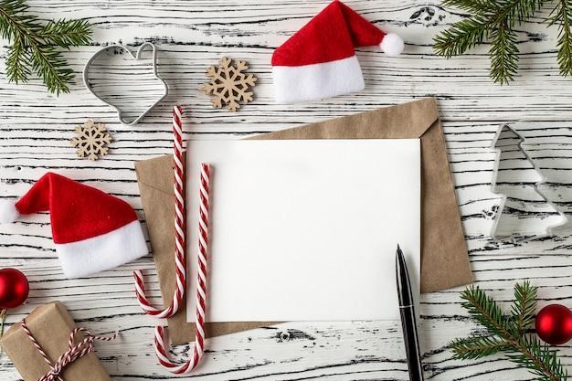 クリスマスメール、軽い木製のテーブルに手紙の封筒。