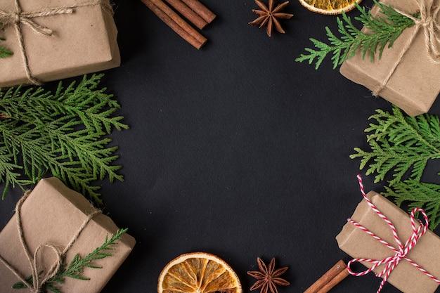 フォトフレームとクリスマスの装飾。コピースペース付き