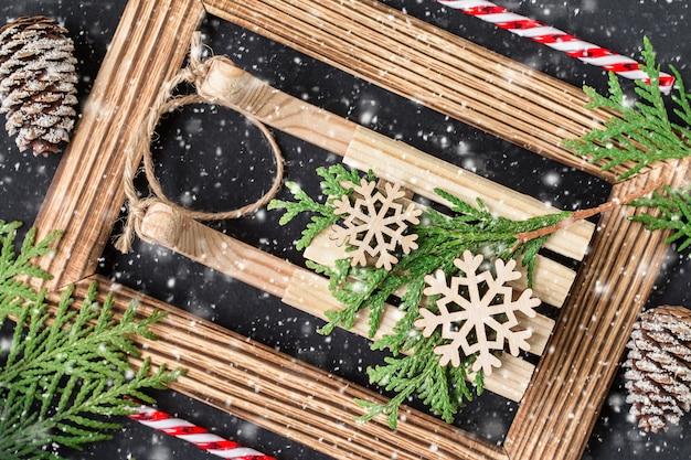 フォトフレームとクリスマスの装飾。休日のコンセプト。