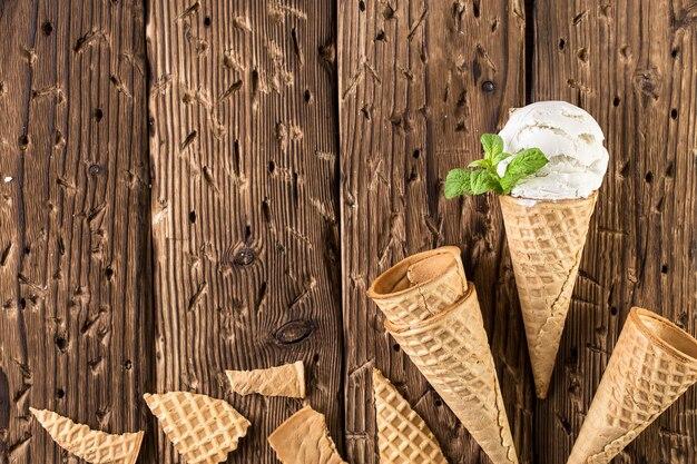 ワッフルコーンのトップビューホワイトアイスクリーム