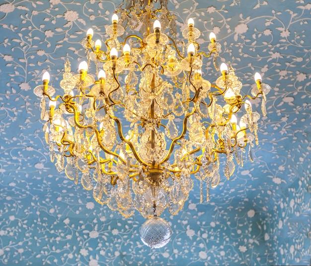 Старинная золотая люстра в стиле барокко и рококо,