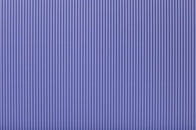 Текстура гофрированной светло-фиолетовой бумаги, макро.