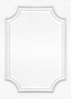 スタッコとモールディングで装飾された白い縁飾り