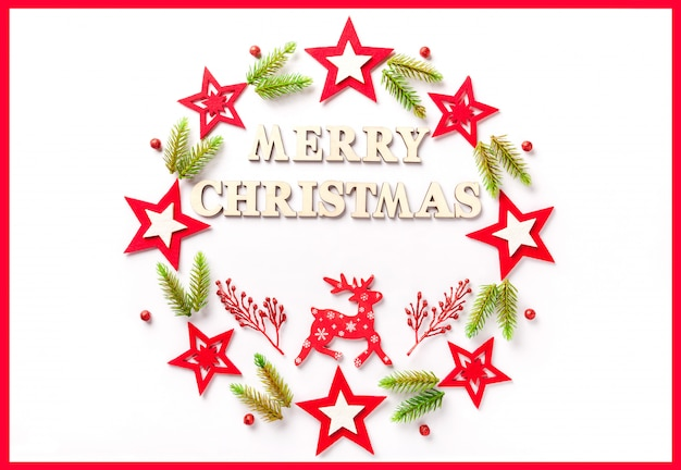 メリークリスマスの碑文と白い紙の上の新年のグリーティングカード