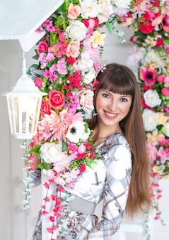 白い提灯と花のポーチで美しい少女