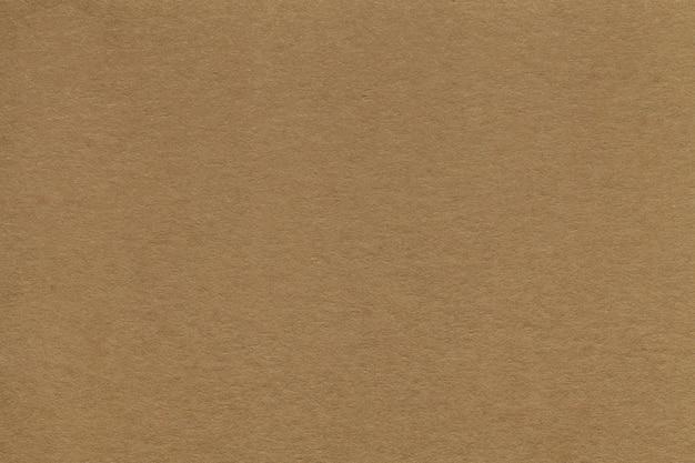Текстура старого крупного плана коричневой бумаги. структура плотного картона. фон.