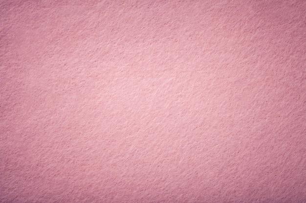 ライトピンクのマットスエード生地のクローズアップ。
