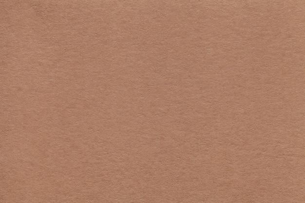 Текстура старого бежевого бумажного крупного плана.