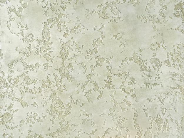 Текстура декоративной зеленой штукатурки имитирует старую шелушащуюся стену.