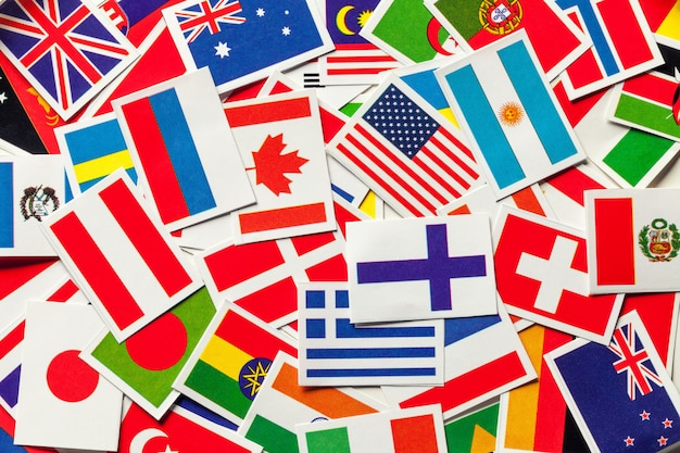 ばらばらになった世界のさまざまな国の国旗、