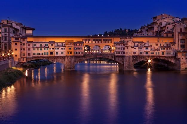 イタリア、フィレンツェの夜の古い橋ポンテヴェッキオ。