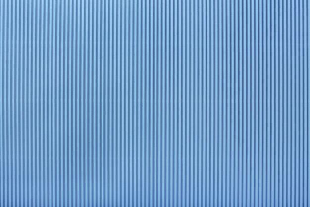 Текстура гофрированной светло-голубой бумаги, макро,