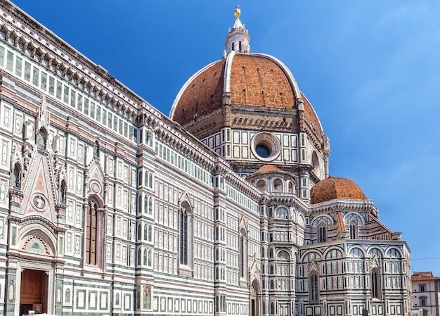 イタリア、フィレンツェのサンタマリアデルフィオーレ大聖堂の外観。