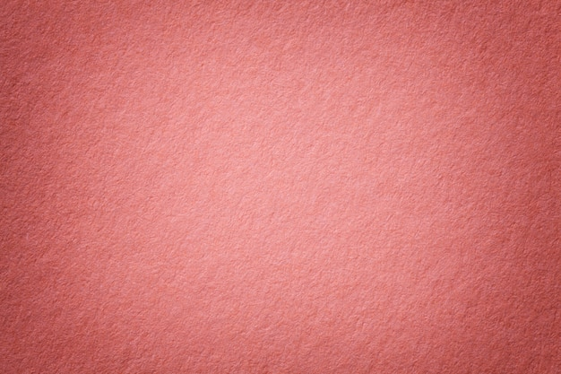 Текстура старого темно-розового фона бумаги