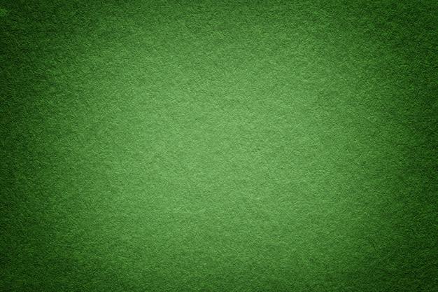 Текстура старой предпосылки зеленой книги, крупного плана. структура плотного светлого оливкового картона.