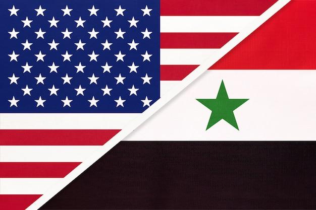 Сша против сирии национальный флаг из текстиля. отношения между двумя американскими и азиатскими странами.