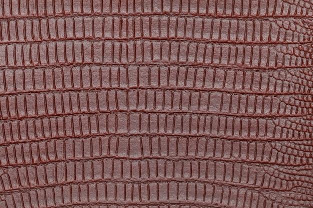 人工茶色の革は、革のワニや爬虫類を模倣しています。