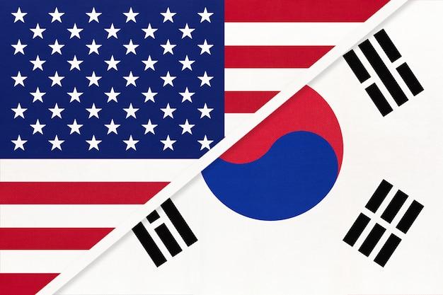 Сша против южной кореи национальный флаг из текстиля. отношения между двумя американскими и азиатскими странами.