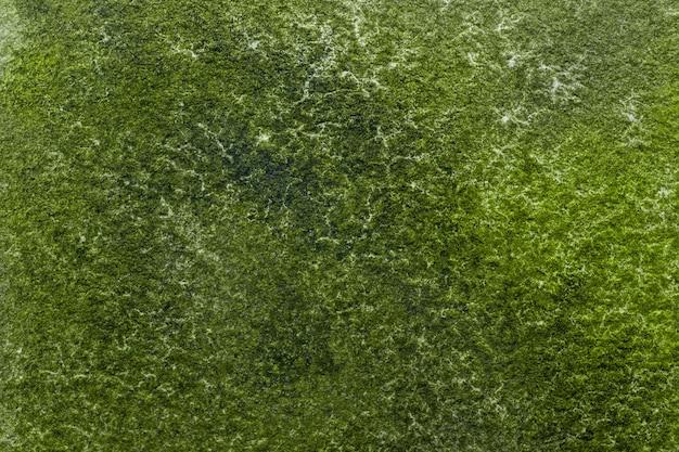 Абстрактное искусство фон зеленые цвета. акварельная живопись на холсте с изумрудными пятнами и градиентом.