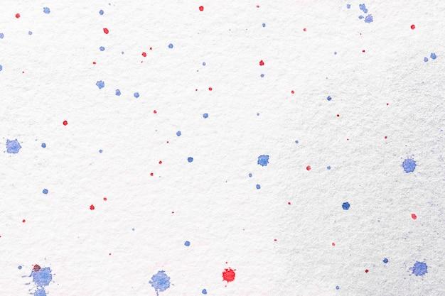 Абстрактное искусство фон белые цвета. акварельная живопись на холсте с красными и синими пятнами.
