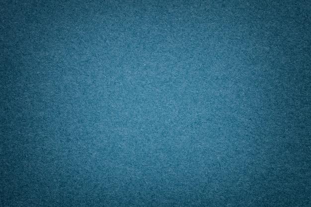 古いネイビーブルーの紙の背景、クローズアップの質感。稠密デニム厚紙の構造。