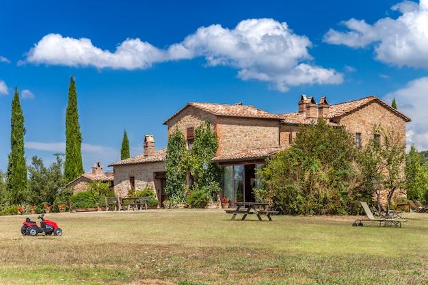 イタリア、トスカーナの田園地帯のれんが造りの家。