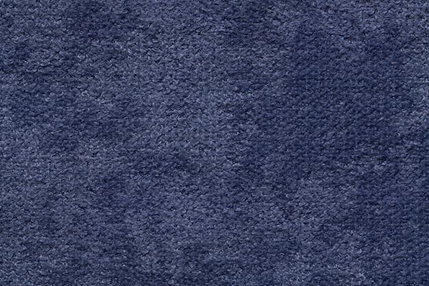 ネイビーブルーのふわふわの柔らかいフリース生地。繊維のクローズアップの質感