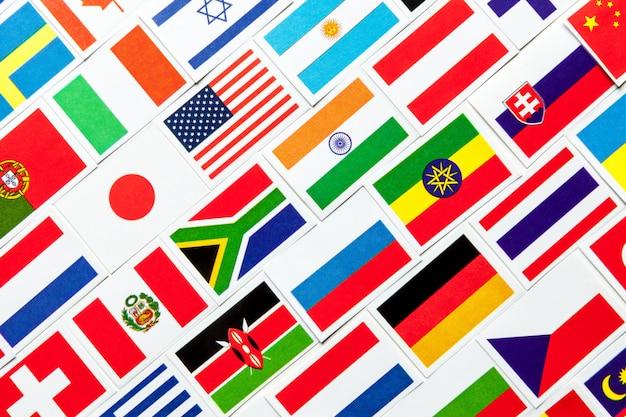 世界のさまざまなカラフルな国旗の背景。