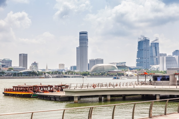 Пирс в финансовом центре сингапура.