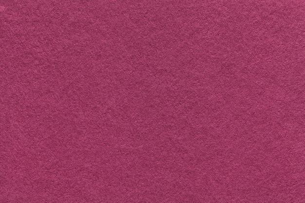 古い紫色の紙の背景、クローズアップのテクスチャ。濃いマゼンタ厚紙の構造