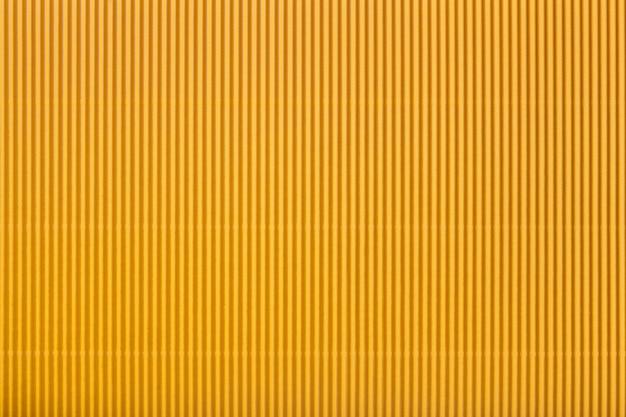 Текстура гофрированной желтой бумаги, макрос. полосатый рисунок