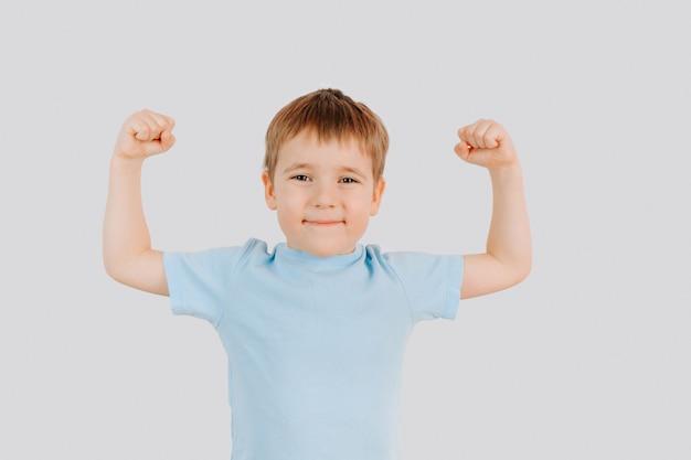 筋肉を示す強い少年