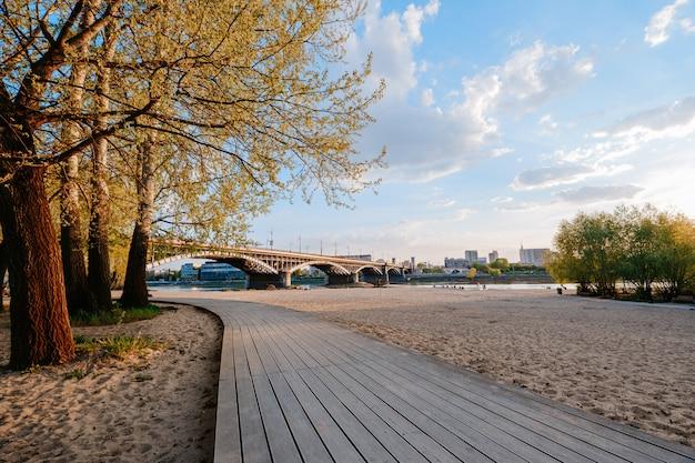 ワルシャワのポニアトフスキー橋の近くのヴィスワ川沿いのビーチ